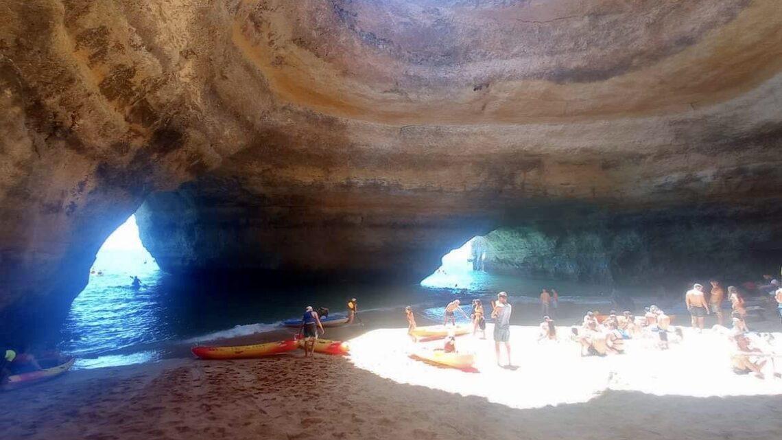 Malowniczy rejs statkiem do jaskini Benagil